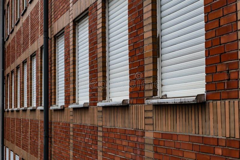 Pared modelada ladrillo del edificio de oficinas del ángulo imagen de archivo
