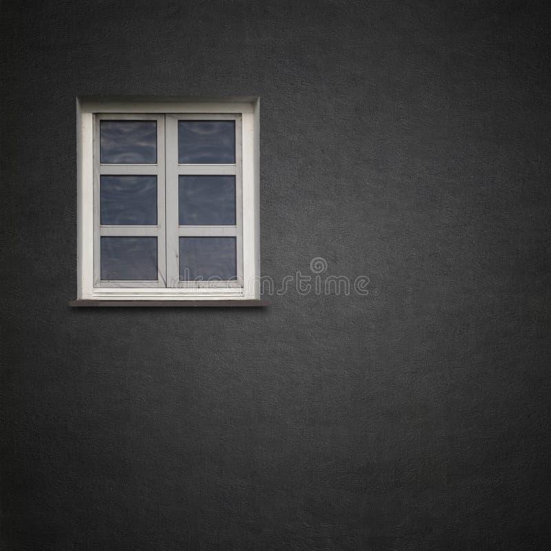 Pared negra del grunge del estuco con la ventana imagenes de archivo