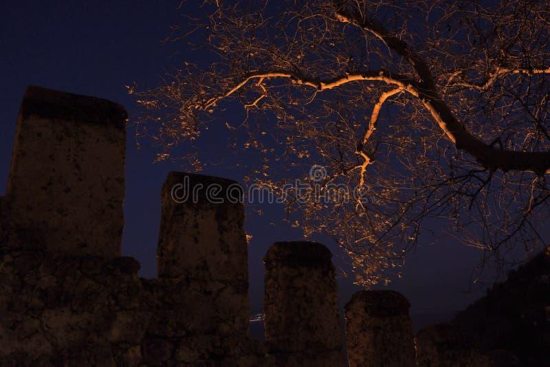 pared oscura de la fortaleza en la ciudad del Alanya, Turquía la noche de la pared de los siervos, sobre la fortaleza de las torr imágenes de archivo libres de regalías