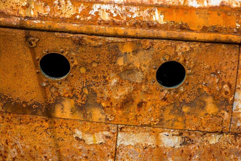 Pared oxidada de una nave abandonada fotos de archivo