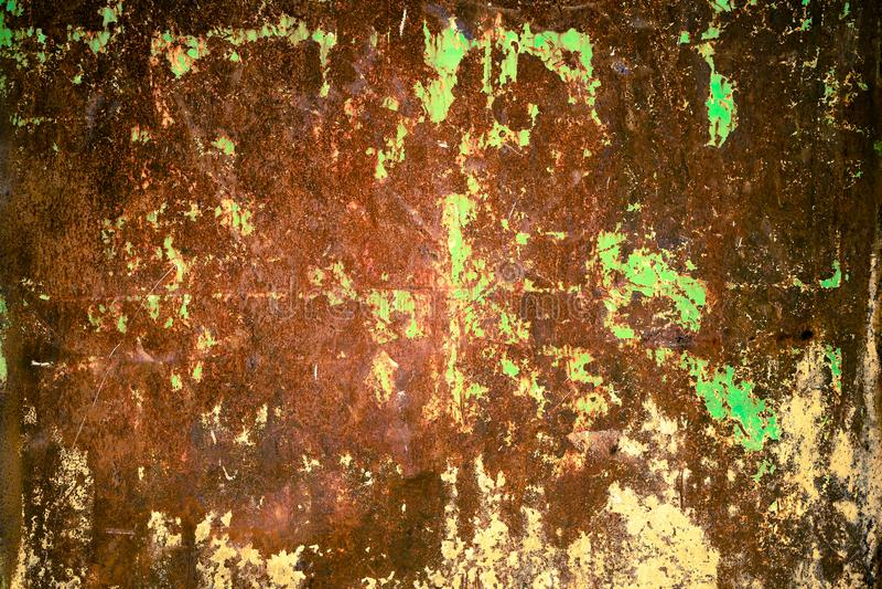Pared oxidada y sucia de la placa del hierro del metal con el color rojo típico del óxido férrico y con el fondo verde de la text foto de archivo libre de regalías