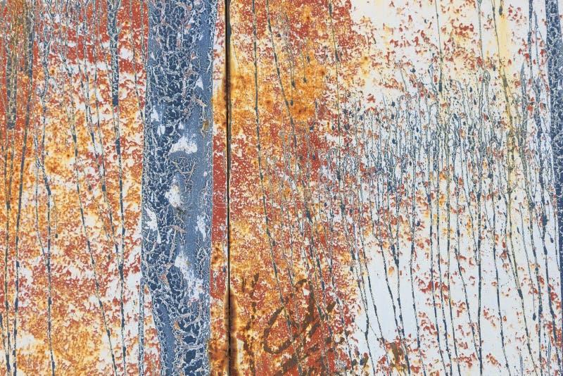 Pared pintada beige aherrumbrada del metal imagen de archivo
