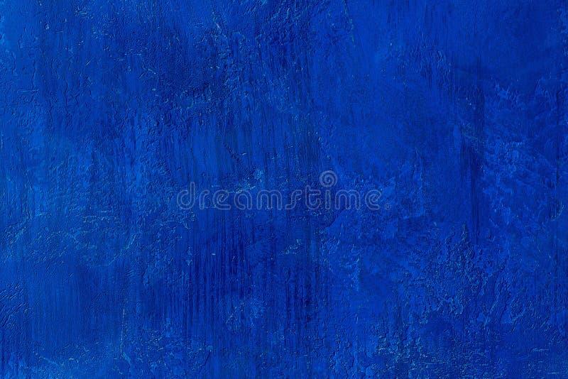 Pared pintada rasguñada y agrietada vieja del azul real Plantilla azul vacía Fondo coloreado texturizado extracto fotos de archivo