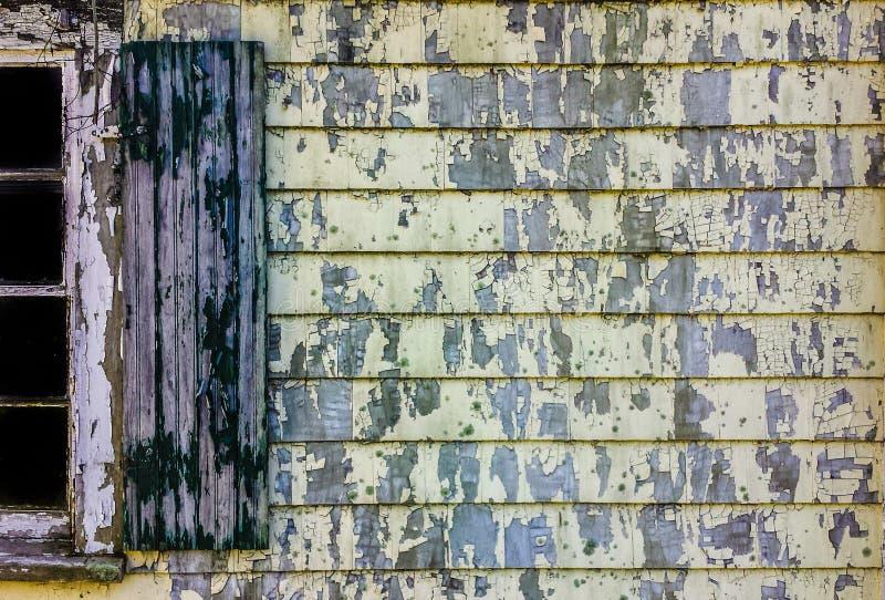 Pared pintada vieja de la tabla con la ventana y el obturador imagen de archivo libre de regalías