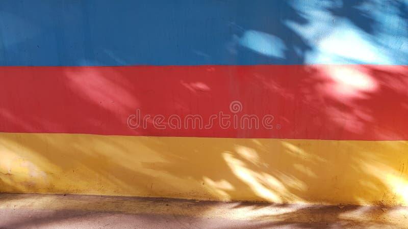 Pared plana pintada en rayas vibrantes del color imagen de archivo libre de regalías