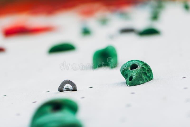 Pared que sube blanca con las rocas coloridas imágenes de archivo libres de regalías