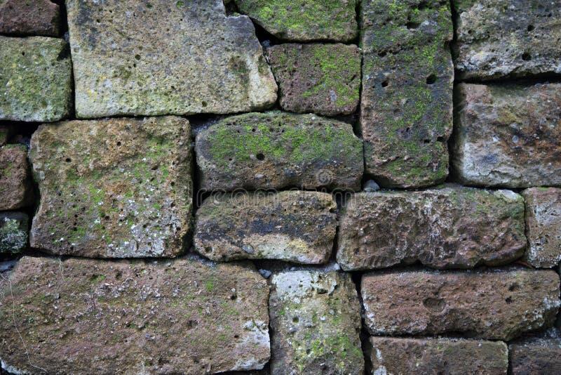 Pared rústica de piedras naturales como fondo fotos de archivo