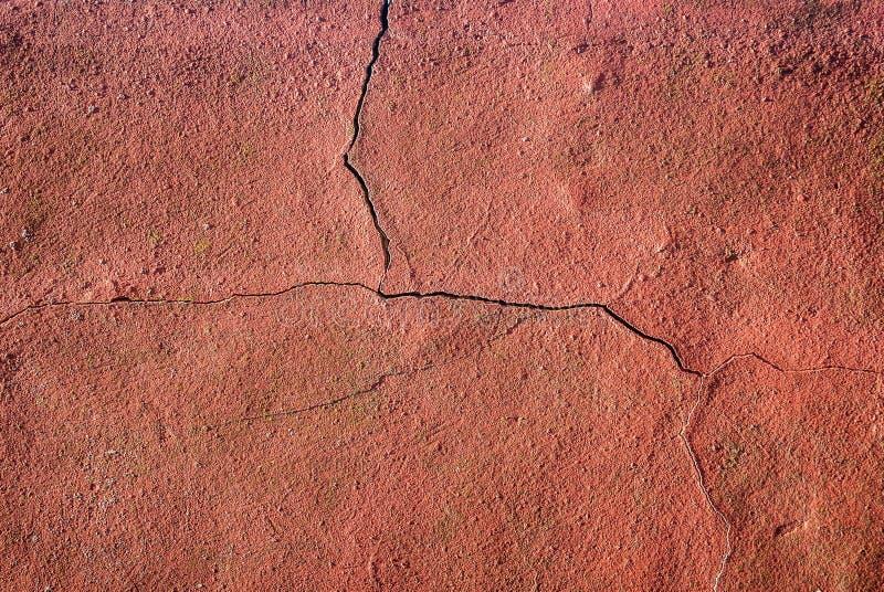 Pared roja agrietada imagen de archivo libre de regalías