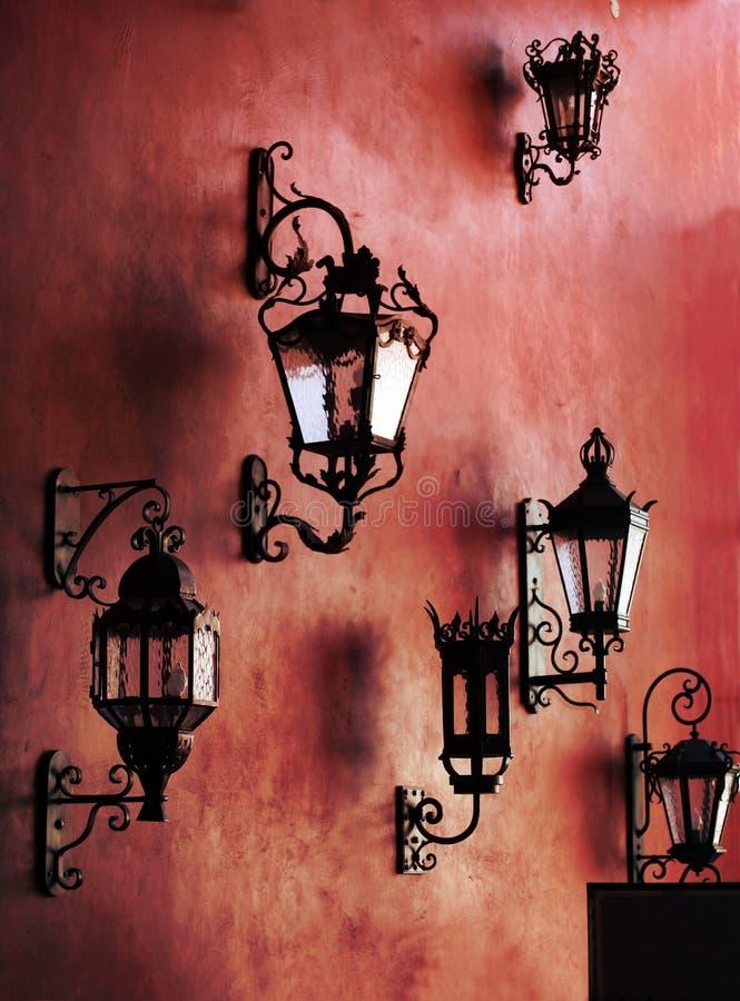 Pared roja con las lámparas foto de archivo