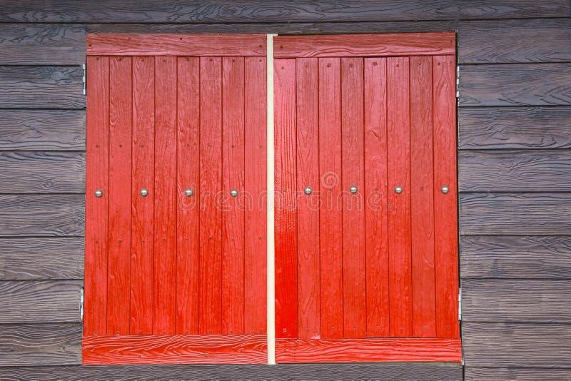 Pared roja de madera del marrón de la ventana fotos de archivo libres de regalías