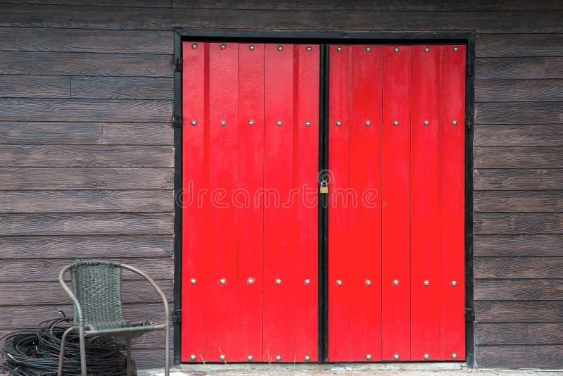 Pared roja de madera del marrón de la ventana fotografía de archivo libre de regalías