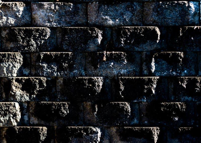 Pared sucia llevada envejecida del bloque del cemento con suciedad y musgo imágenes de archivo libres de regalías