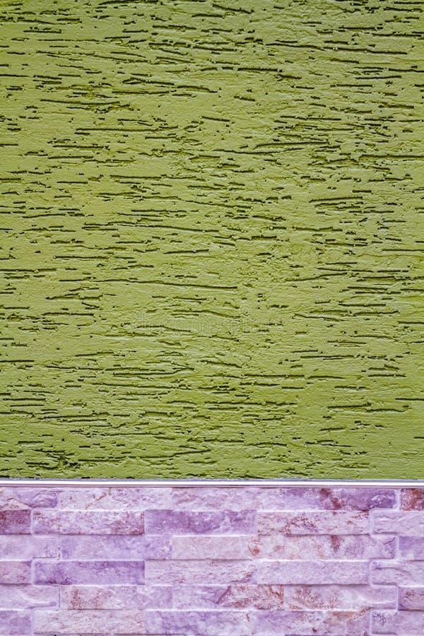 Pared verde cubierta con yeso decorativo, como textura y Backg imagen de archivo libre de regalías