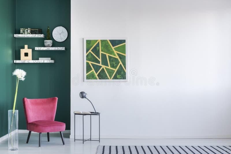 Pared verde en sala de estar foto de archivo libre de regalías