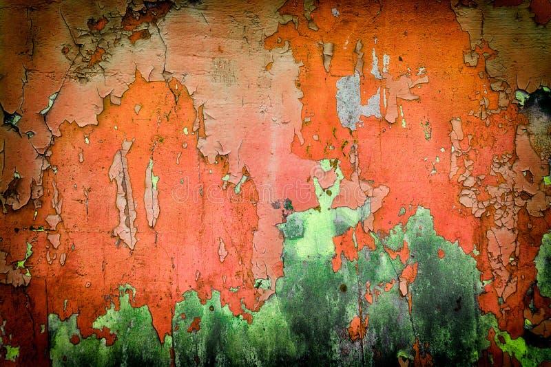 Pared verde roja muy vieja con las grietas conveniente para el fondo imágenes de archivo libres de regalías