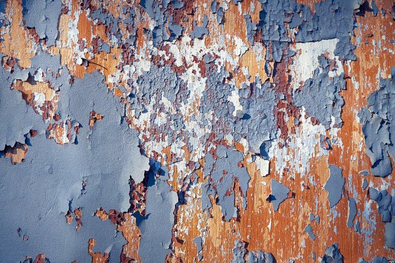 Pared vieja con las porciones de capas de la pintura fotos de archivo