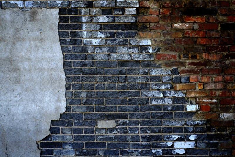 Pared vieja con los ladrillos y el yeso del estuco que cae aparte textura fotografía de archivo