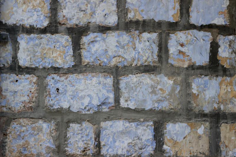 Pared vieja de bloques beige de piedra de Jerusalén con textura exfoliating de las capas de la pintura imágenes de archivo libres de regalías