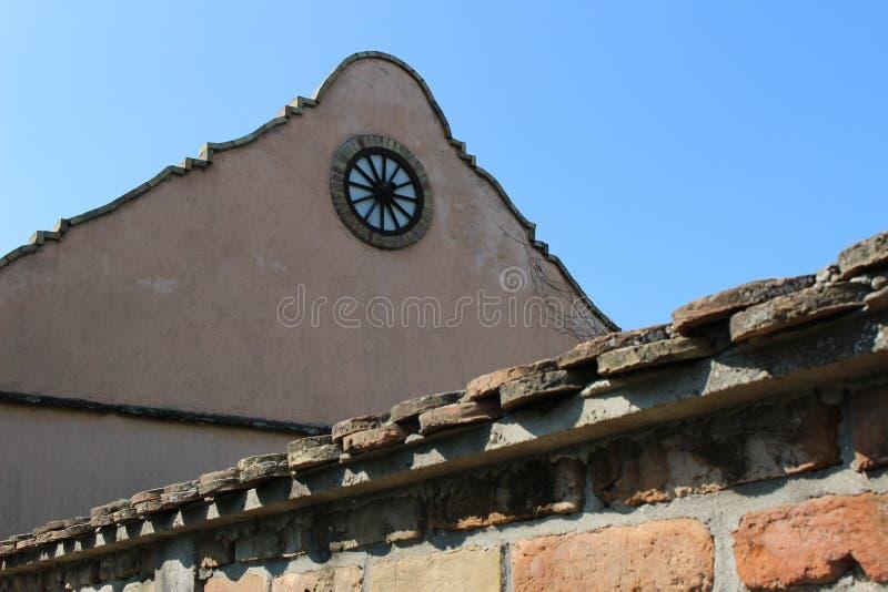 Pared vieja de la casa del pueblo imagen de archivo
