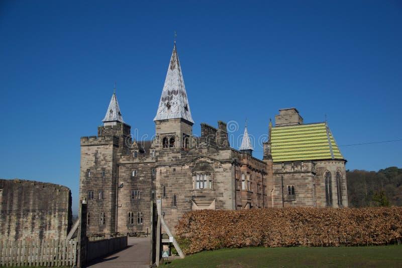 Pared vieja del castillo y castillo g?tico imagenes de archivo