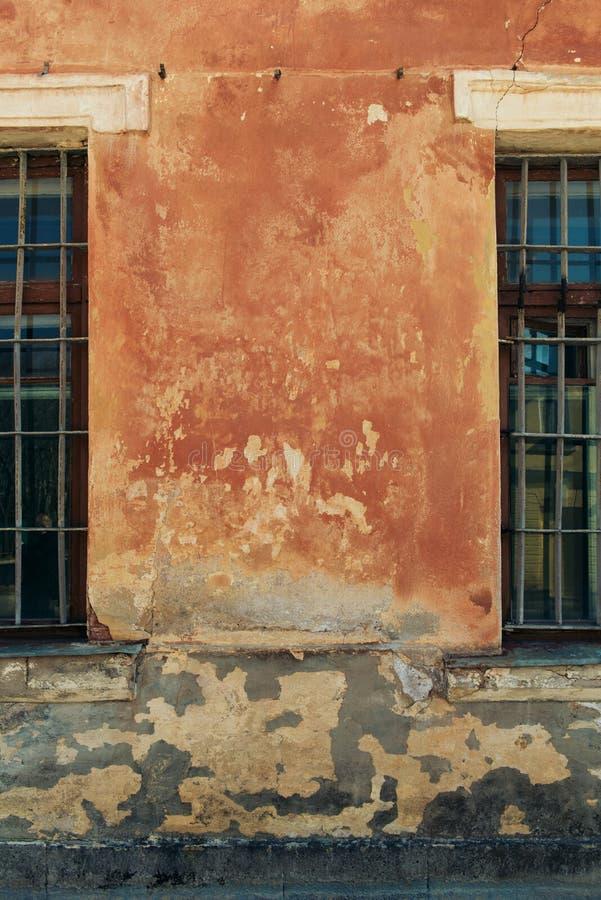 Pared vieja del grunge con el primer de las ventanas foto de archivo libre de regalías