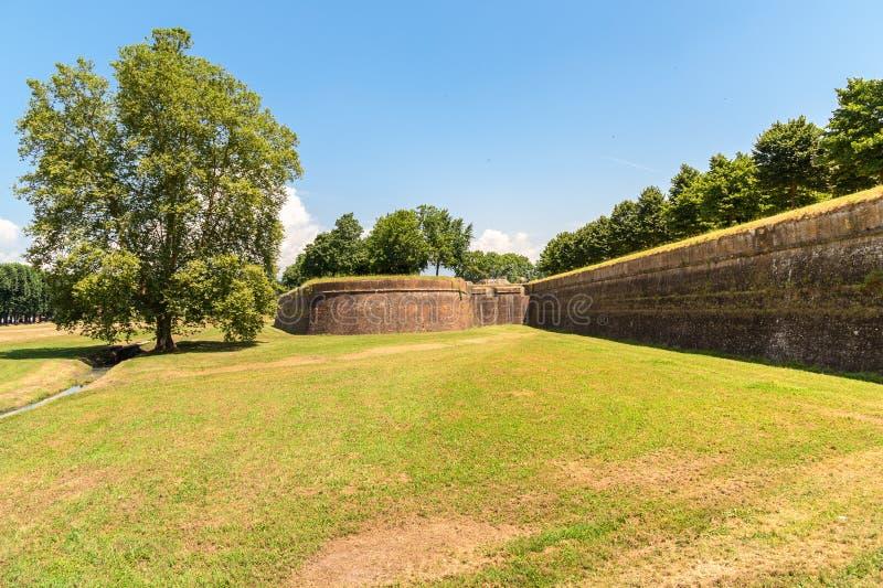 Pared vieja exterior de la fortaleza de la ciudad de Lucca, Italia imágenes de archivo libres de regalías