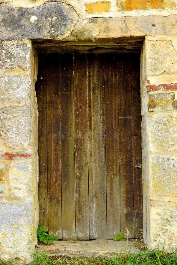 Pared vieja, medieval con la puerta imagen de archivo libre de regalías