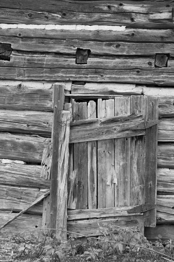 Pared vieja sucia resistida de la cabaña de madera con backgro de madera viejo de la puerta fotos de archivo