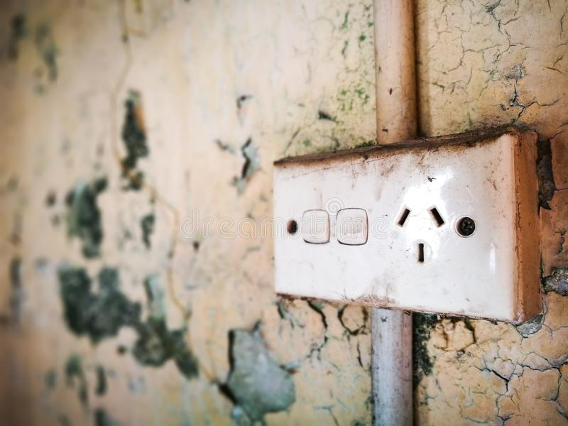 Pared vieja y sucia con Power Point doble estándar eléctrico en Australia imágenes de archivo libres de regalías