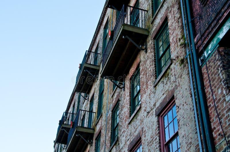 Pared y balcones viejos foto de archivo libre de regalías