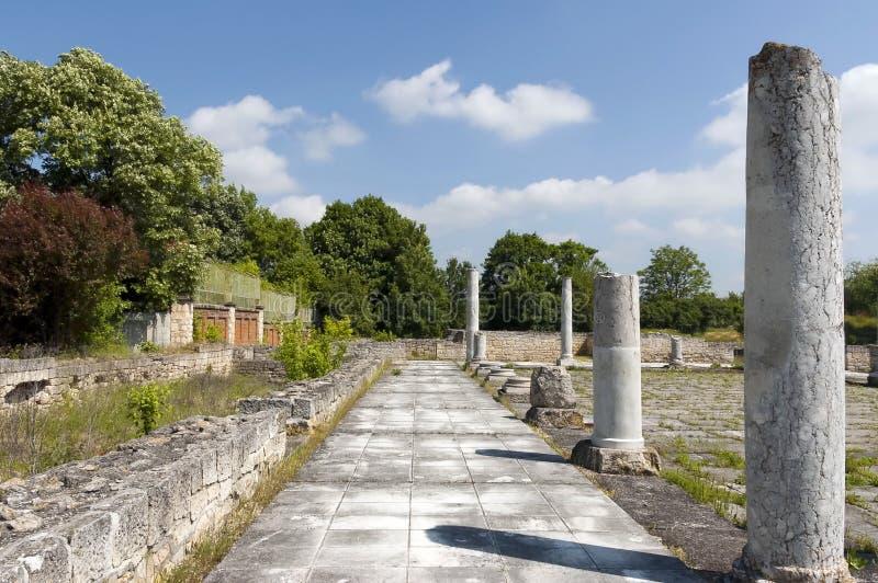 Pared y columnas de la ciudad romana antigua Abritus imagenes de archivo