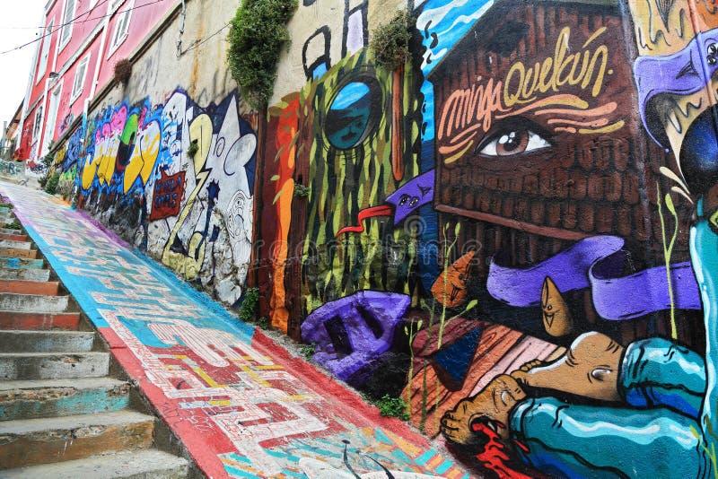 Pared y escalera con la pintada en Valparaiso, Chile fotos de archivo libres de regalías