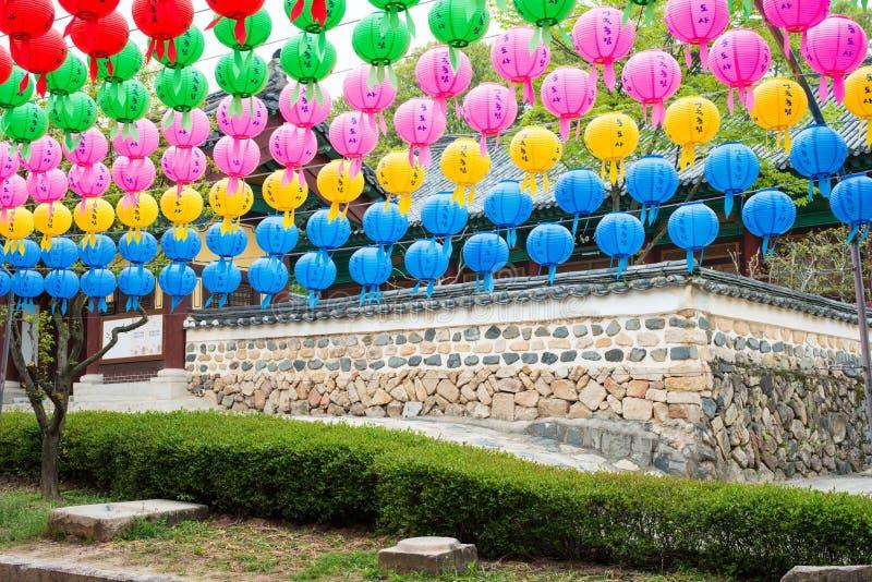 Pared y las linternas - linternas de papel coloridas del templo del día foto de archivo