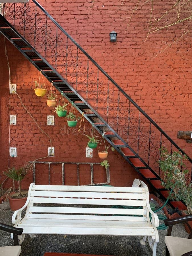 pared y patio artístico adornados imagen de archivo libre de regalías