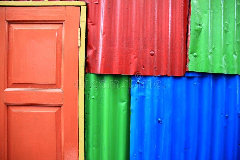 Pared y puerta coloridas imágenes de archivo libres de regalías