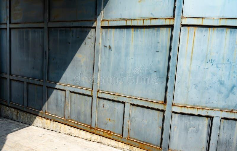 Pared y sombra del hierro fotos de archivo