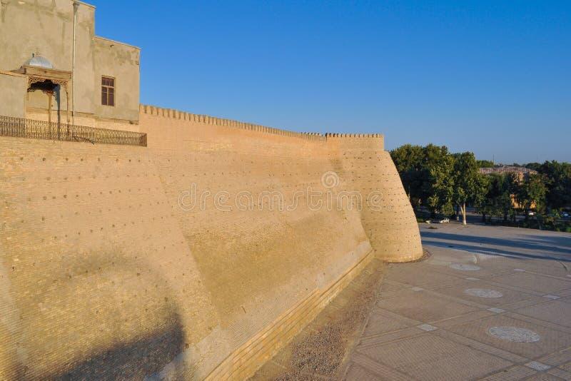 Pared y torres de la ciudadela antigua en Bukhara 'ciudadela de la arca ' imagenes de archivo