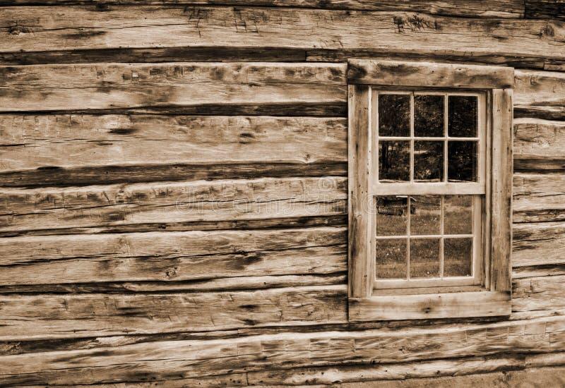 Pared y ventana de la cabaña de madera imágenes de archivo libres de regalías