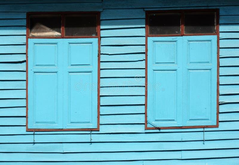 Pared y ventana de madera azules del vintage fotografía de archivo