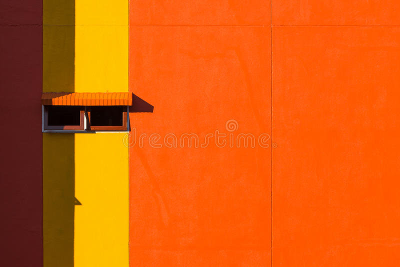 Pared y ventanas anaranjadas foto de archivo
