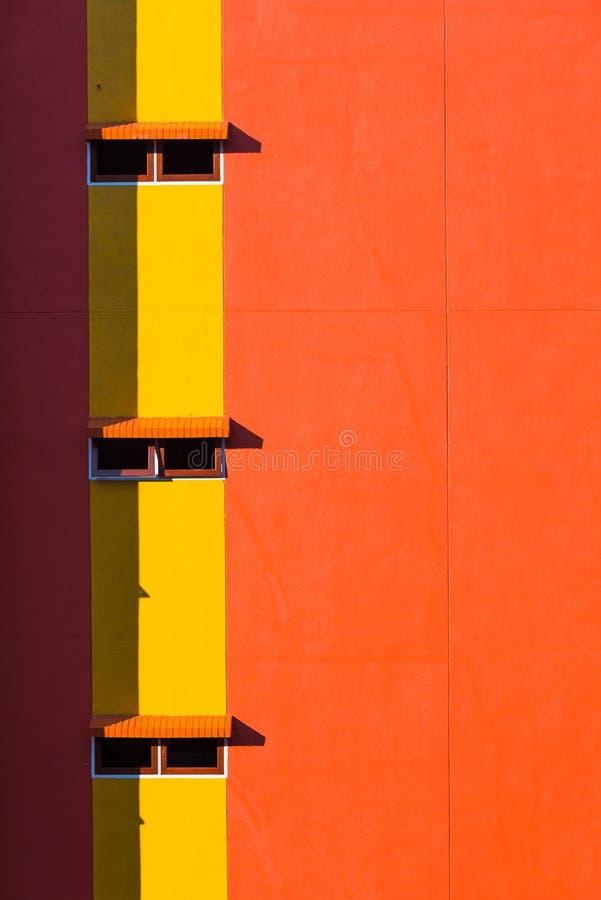 Pared y ventanas anaranjadas imagenes de archivo