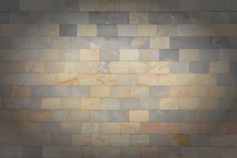 A parede é feita das telhas cinzentas e alaranjadas de mármore Textura de pedra bonita Fundo vazio com vinheta fotografia de stock royalty free