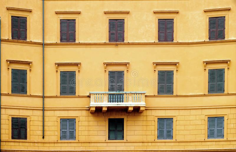 Parede alaranjada com janelas e balcão fotos de stock