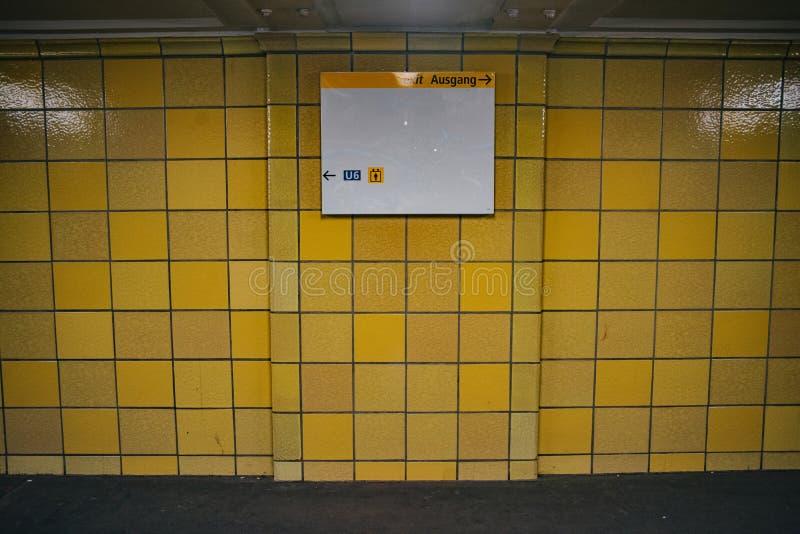 Parede amarela da telha com placa vazia Zombaria acima com copyspace fotografia de stock