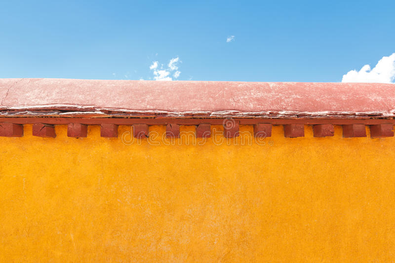 Parede amarela no templo de Jokhang, Lhasa, Tibet imagens de stock
