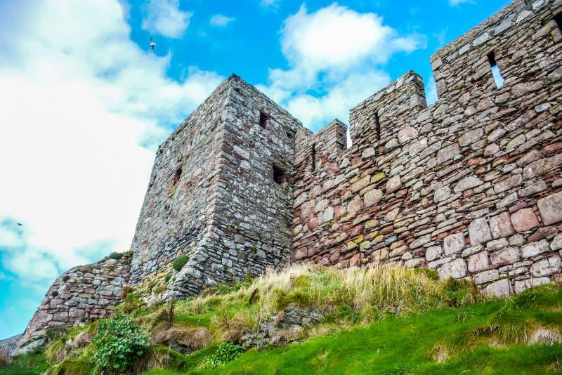 Parede antiga do castelo da casca na casca, ilha do homem imagens de stock royalty free