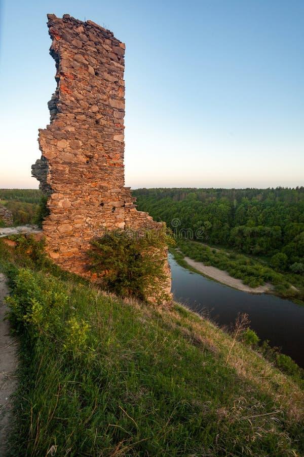 Parede arruinada velha no monte perto do grande rio cercado no verão FO imagem de stock royalty free