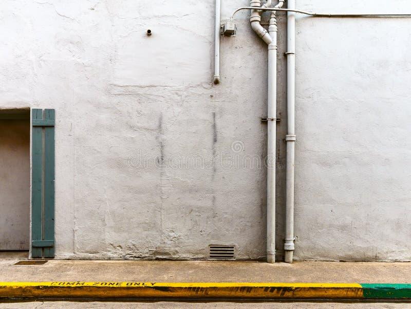 Parede austero da rua da cidade imagens de stock