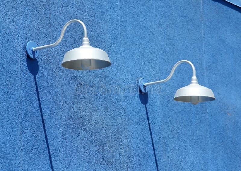 Parede azul do estuque com dispositivos bondes claros e sombras fotos de stock