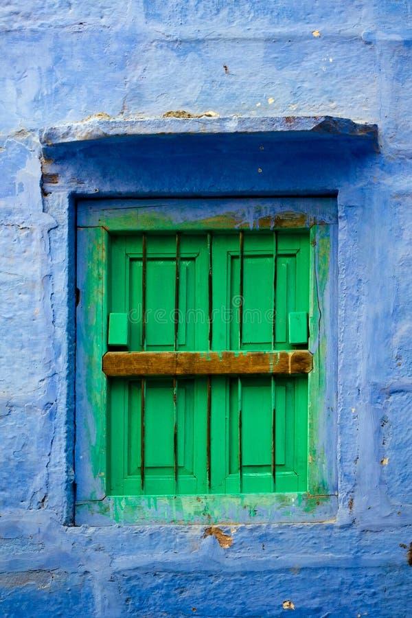 Parede azul e obturadores verdes fotos de stock royalty free